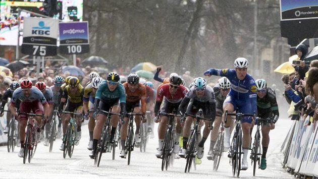 Nizozemský cyklista Fabio Jakobsen ze stáje Quick-Step (vpravo) míří do cíle závodu Scheldeprijs v belgickém Schotenu.