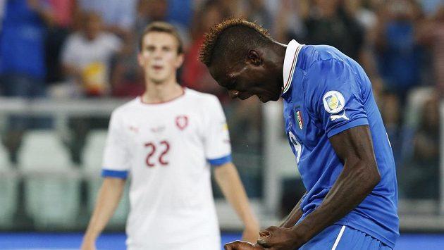Ital Mario Balotelli se raduje z branky, kterou vstřelil českému týmu. V pozadí smutný Vladimír Darida.