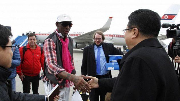 Dennis Rodman na letišti v Pchjongjangu.