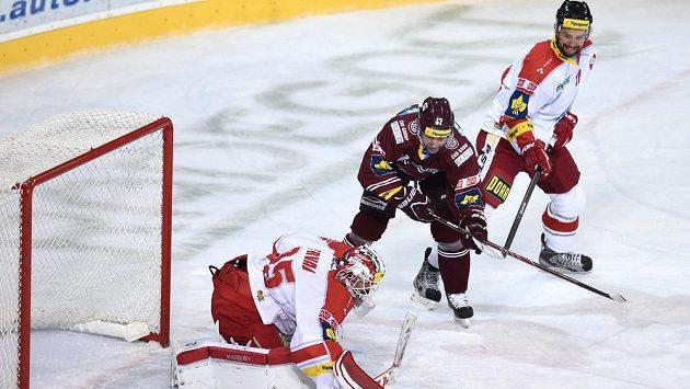 Sparťanský útočník Jaroslav Hlinka (uprostřed) se snaží překonat olomouckého brankáře Jiřího Trvaje.