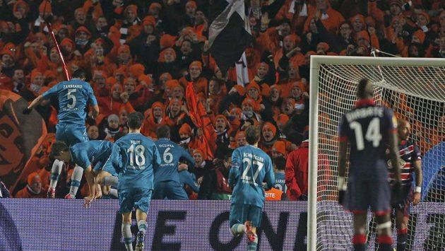 Fotbalisté Frankfurtu se radují s fanoušky z gólu do sítě Bordeaux.