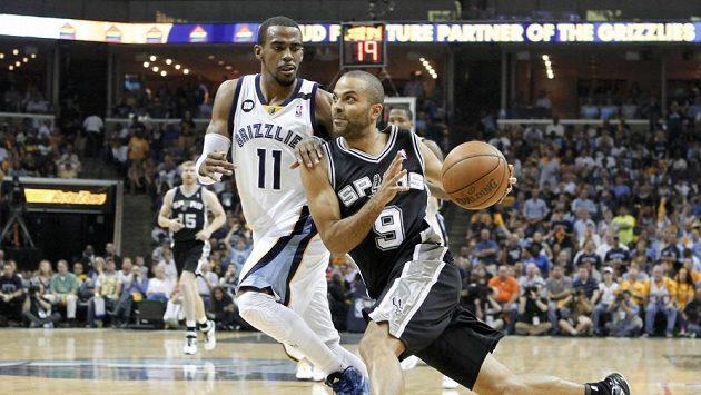 Basketbalista San Antonia Tony Parker (vpravo) nastřílel 26 bodů.