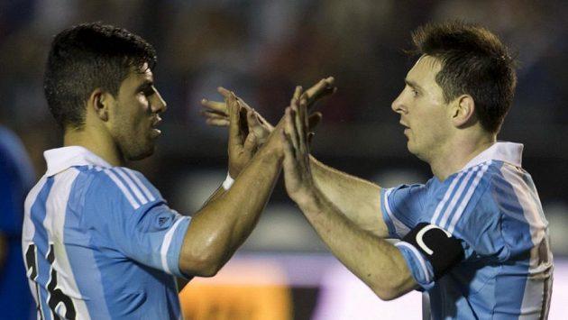 Lionel Messi (vpravo) a Sergio Aguero se radují z gólu do sítě Guatemaly.