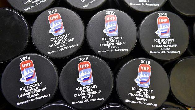 V lisovně firmy Gufex v Kateřinicích na Vsetínsku se vyrábějí puky pro letošní mistrovství světa v ledním hokeji.
