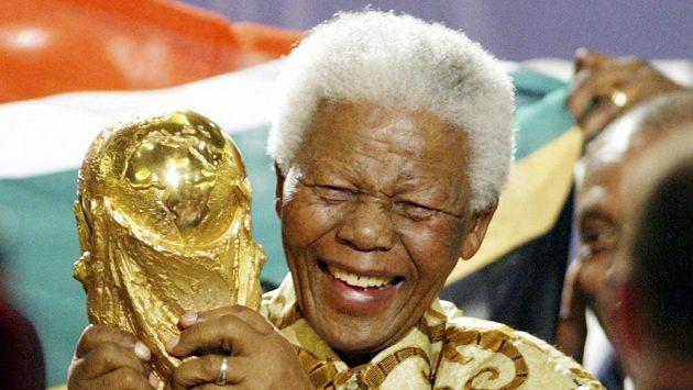Nelson Mandela s trofejí pro mistry světa na snímku z roku 2004.