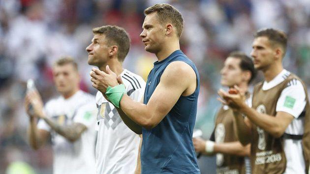 Zklamaní němečtí fotbalisté (v popředí gólman Manuel Neuer) po porážce s Mexikem.