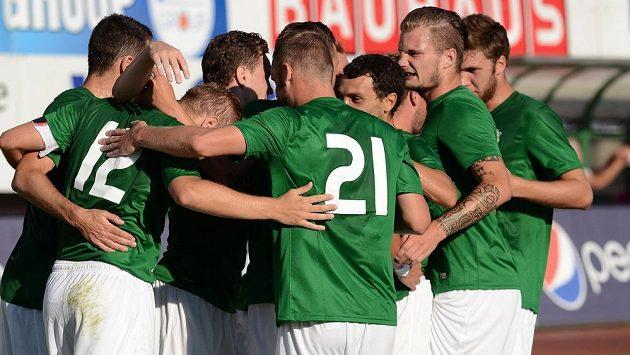 Fotbalisté Jablonce se radují z vítězného gólu.