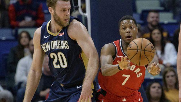 Rozehrávač Toronta Kyle Lowry (vpravo) utkání s New Orleans.
