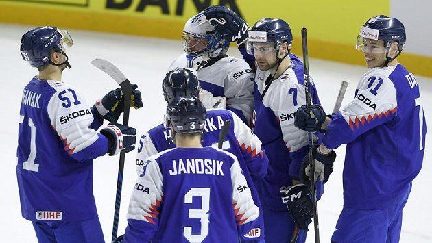 Hráči Slovenska se radují z vítězství.