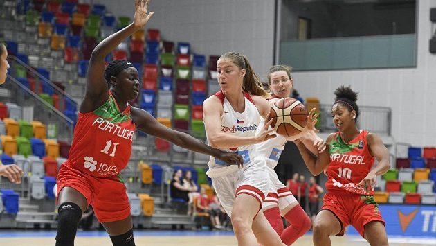 Česká basketbalistka Karolína Elhotová mezi bránícími Portugalkami. Vlevo Lavina Silvaová, vpravo Maria Correiaová.