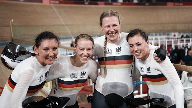 Tým německých dráhařek oslavují nový světový rekord.