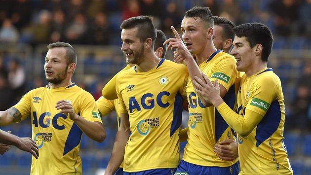Hráči Teplic se radují z gólu.