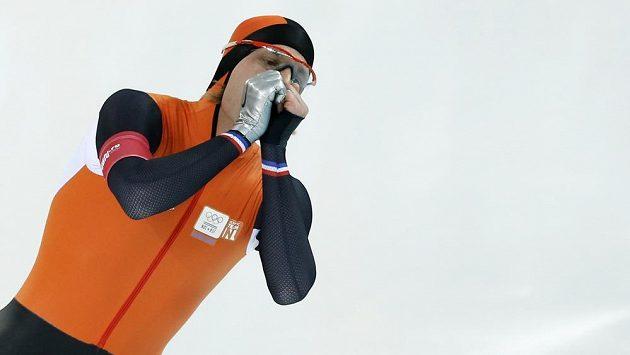 Nizozemský rychlobruslař Michel Mulder se raduje z vítězství na trati 500 metrů.