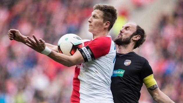 Milan Škoda ze Slavie Praha a Roman Hubník z Plzně během utkání 19. kola ePojištění.cz ligy.