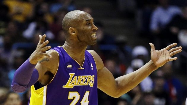 Lídr Lakers Kobe Bryant odešel z haly s pomocí berlí.