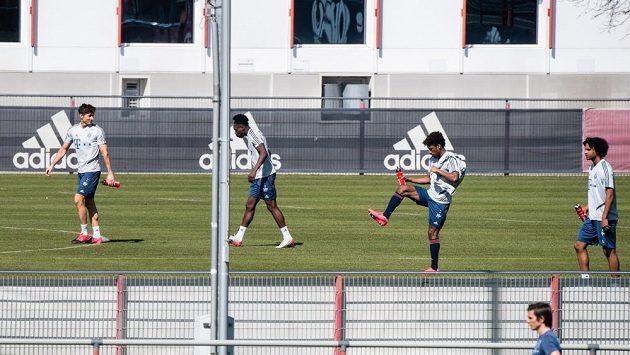 Zleva Robert Lewandowski, Alphonso Davies, Kingsley Coman a Joshua Zirkzee při skupinovém tréninku v areálu Bayernu. Ilustrační foto.