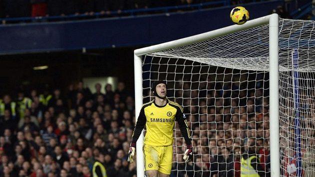 Gólman Petr Čech sleduje balón, který po střele Liverpoolu skončil na břevně.