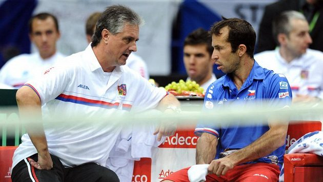 Jaroslav Navrátil (vlevo) a Radek Štěpánek na archivním snímku z utkání 1. kola Davis Cupu s Robinem Haasem z Nizozemska.