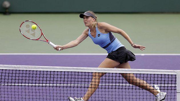 Nicole Vaidišová zahrává volej v zápase proti Simoně Halepové.