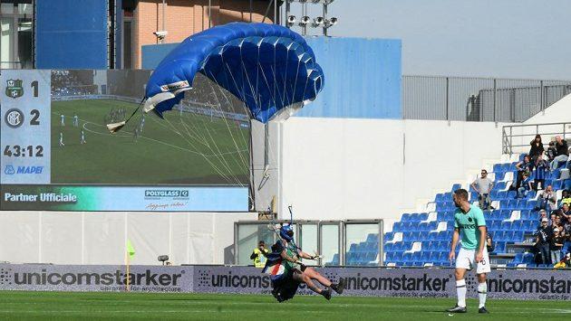 Parašutista přistál na hřišti během zápasu Serie A.