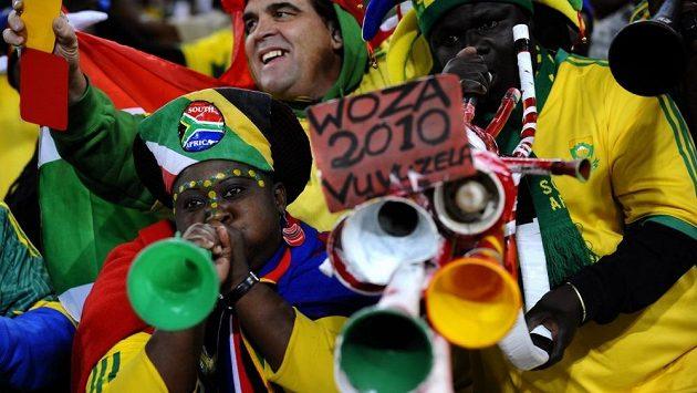 Jihoafričtí fotbaloví fanoušci s tradičními vuvuzelami.