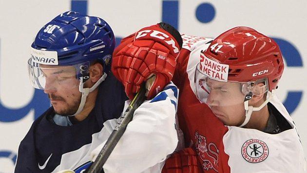 Juhamatti Aaltonen z Finska (vlevo) a Jesper Jensen z Dánska v utkání MS skupiny B v Ostravě.