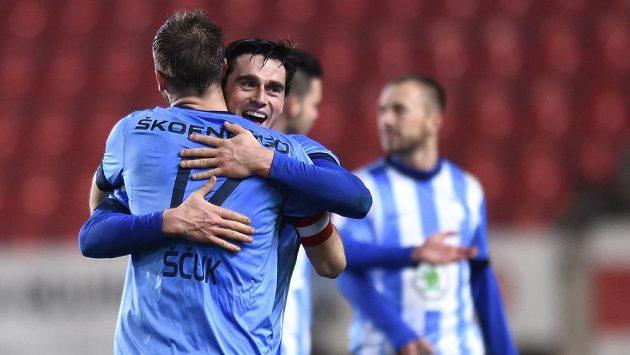 Fotbalisté Mladé Boleslavi Jasmin Ščuk a Kamil Vacek se radují z vítězství nad Slavií.