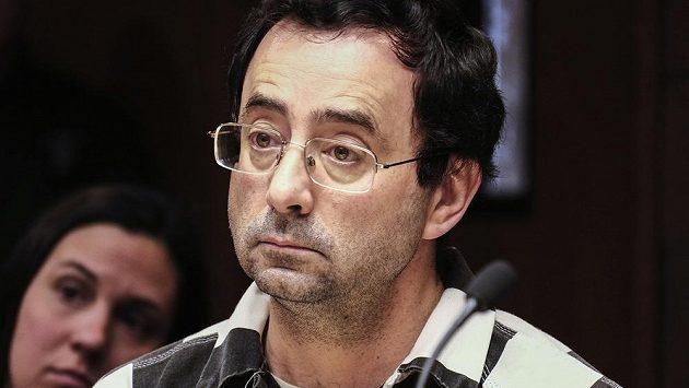V centru skandálu se sexuálním zneužíváním mladých gymnastek v USA je zejména bývalý lékař reprezentace Larry Nassar, který už je kvůli tomu ve vazbě. U soudu poslouchá jednu z výpovědí.