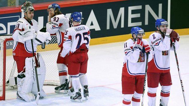 Čeští reprezentanti smutní po vyřazení ve čtvrtfinále mistrovství světa od Švýcarska.
