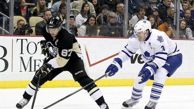 Sidney Crosby (vlevo) v duelu s Torontem.