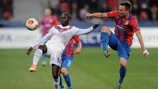 Mouhamadou Dabo z Lyonu (vlevo) a Stanislav Tecl z Plzně během odvetného utkání osmifinále Evropské ligy.