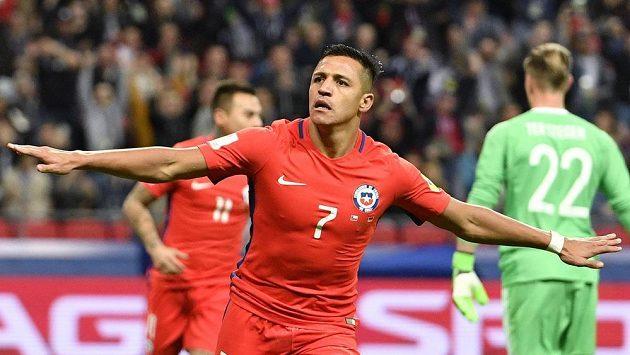 Chilský střelec Alexis Sánchez slaví svou trefu do sítě Německa v utkání Konfederačního poháru.