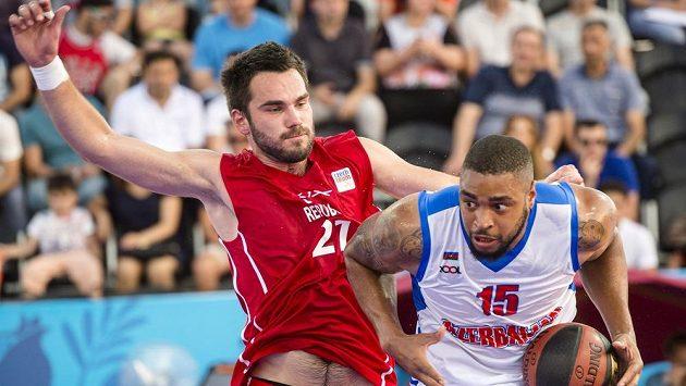 Český basketbalista Roman Zachrla (vlevo) a Marshall Moses z Ázerbájdžánu.