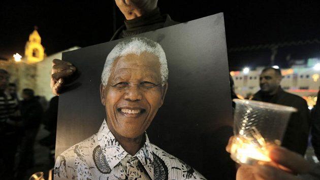 Zesnulý Nelson Mandela inspiroval mnoho lidí po celém světě. Ti mu po jeho úmrtí vzdávají hold.