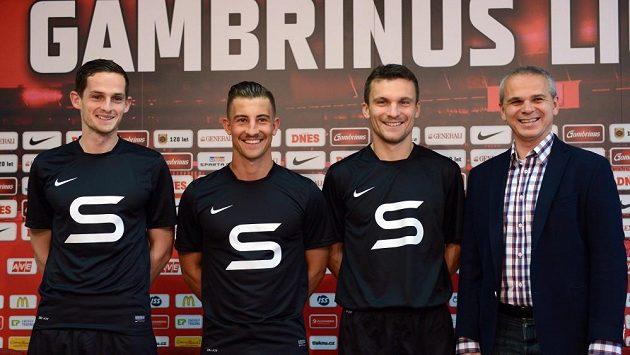 Zleva fotbalisté Lukáš Vácha, Mario Holek, David Lafata a kouč Vítězslav Lavička představili retro dresy pro výročí 120. let od vzniku klubu.