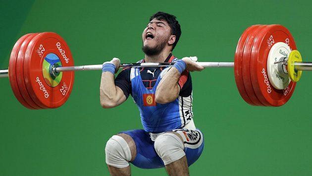 Izzat Artykov z Kyrgyzstánu bude muset svoji bronzovou medaili z kategorie do 69 kg vrátit.