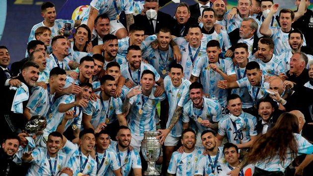 Fotbalisté Argentiny slaví získání trofeje.