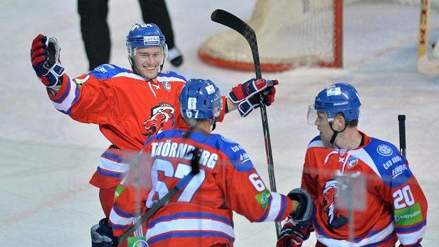 Hokejisté Lva Praha Jiří Sekáč (vlevo) a Petr Vrána (vpravo) se radují z gólu svého spoluhráče Martina Thörnberga.