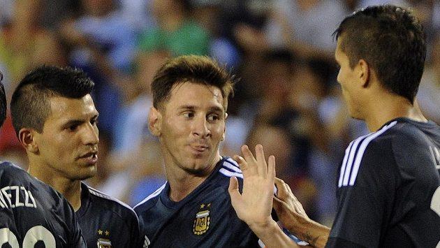 Fotbalisté Argentiny slaví jednu ze sedmi branek do sítě Bolívie v přípravném zápase.