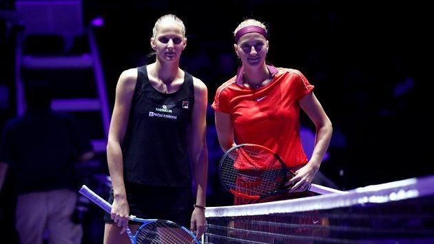 Karolína Plíšková (vlevo) a Petra Kvitová před utkáním na Turnaji mistryň.