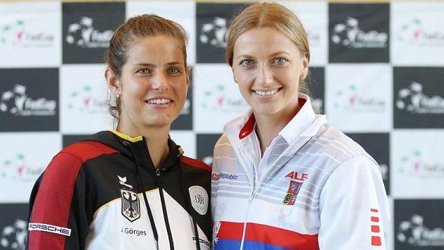 Česká tenistka Petra Kvitová se svojí německou soupeřkou Julií Görgesovou před zápasem ve Fed Cupu.