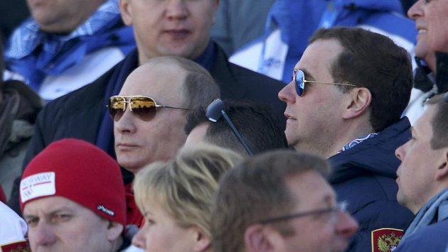 Ruský prezident Vladimir Putin (hnědé brýle) s premiérem země Dmitrijem Medveděvem sledovali zápolení na OH v Soči.