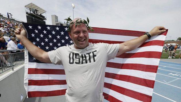 Americký koulař Adam Nelson se zlata dočkal.