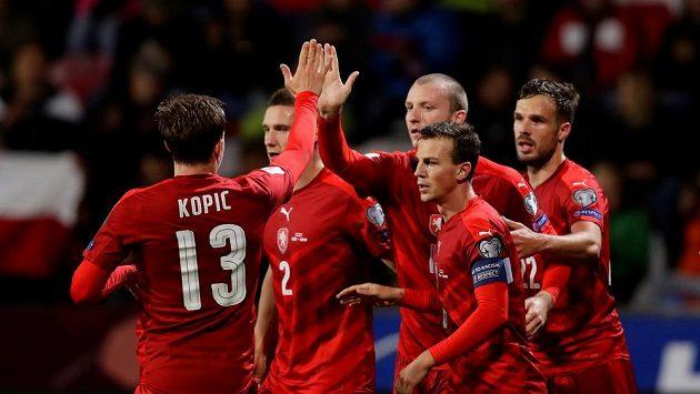 Jan Kopic gratuluje Michaelu Krmenčíkovi k druhé brance.