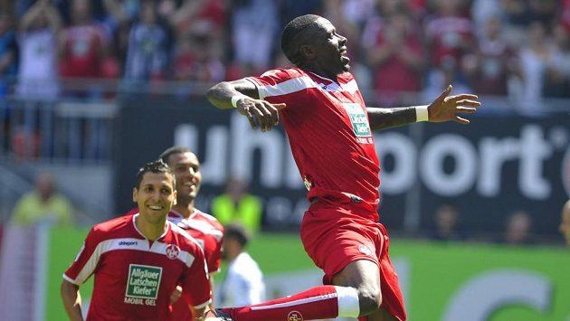 Útočník Kaiserslauternu Mohamadou Idrissou se raduje z gólu.