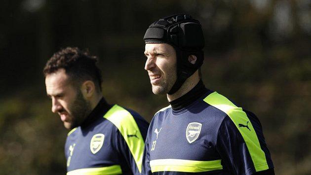 Petr Čech (vpravo) a jeho konkurent z Arsenalu David Ospina.