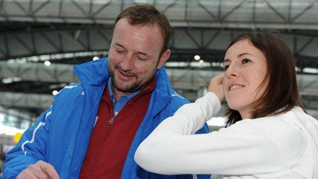 Zuzana Hejnová se šeftrenérem českých atletů Tomášem Dvořákem před odletem do Göteborgu.