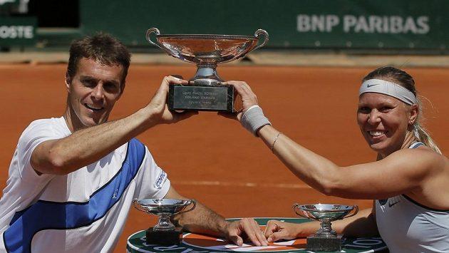 Čeští tenisté Lucie Hradecká a František Čermák (vlevo) s pohárem pro vítěze smíšené čtyřhry na French Open