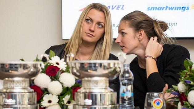 České tenistky Petra Kvitová (zleva) a Karolína Plíšková během tiskové konference po návratu z francouzského Štrasburku z finále Fed Cupu.