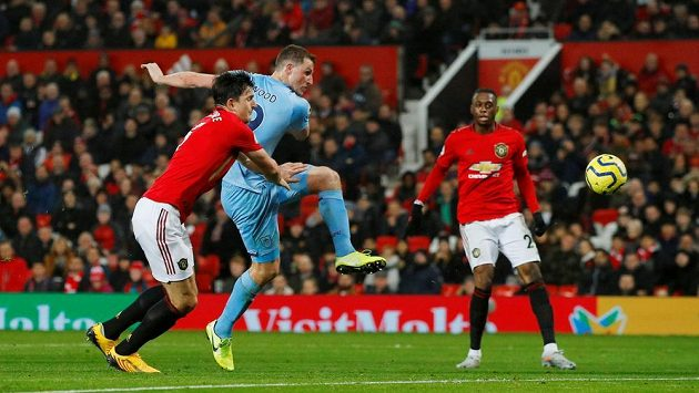 Fotbalista Burnley Chris Wood střílí gól na Old Trafford.